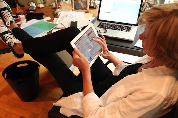 Dagmar Wöhrl mit Tablet
